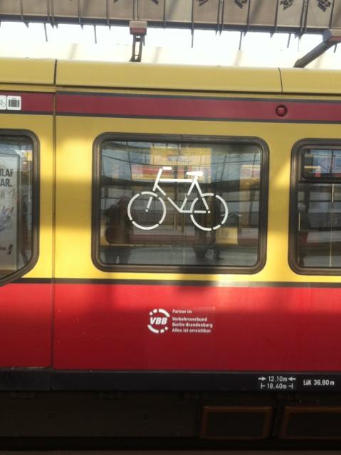 Foto von Zugwagen mit Pfeifen-Symbol